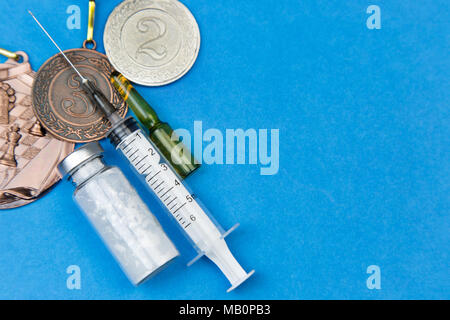 Droghe proibite per aumentare le prestazioni atletiche in concorrenza. Siringa, medicina su uno sfondo blu. Foto Stock