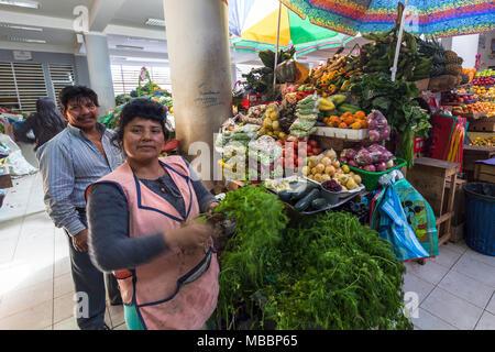 Píllaro, ECUADOR - Febbraio 6, 2016: Unidentified giovane vende verdura nel mercato Pillaro. Foto Stock