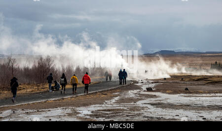 I turisti a Haukadalur campo geotermico, fumanti sorgenti calde, Golden Circle, Sud Islanda Islanda Foto Stock