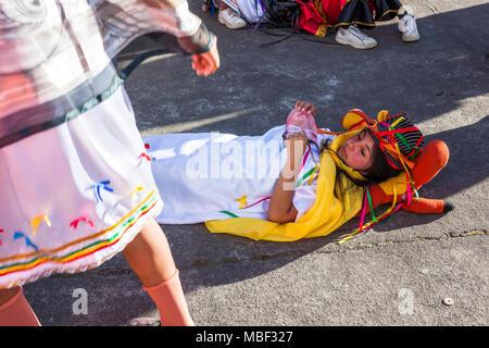 Píllaro, ECUADOR - Febbraio 6, 2016: Unidentified persone che indossano costumi e maschere in diabladas di Pillaro Foto Stock