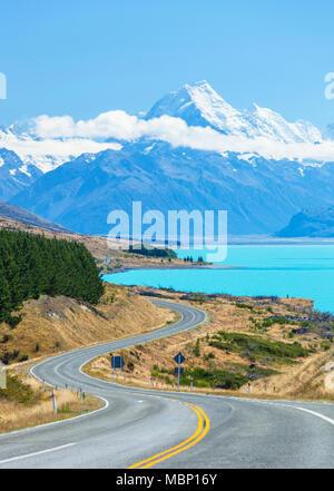 Nuova Zelanda Isola del Sud della Nuova Zelanda tortuosa strada attraverso il parco nazionale di Mount Cook accanto al lago glaciale Pukaki nuova zelanda mackenzie distretto nz Foto Stock