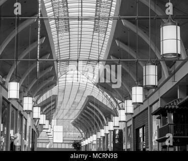 La simmetria e il design in equilibrio, immagine in bianco e nero. Sfondo Foto Stock