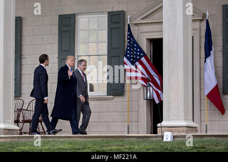 Mount Vernon, Virginia, Stati Uniti d'America. 23 apr, 2018. Stati Uniti Presidente Donald Trump, centro, onde accanto a Emmanuel Macron, in Francia la presidente, sinistra e Doug Bradburn, presidente e chief executive officer di George Washington Mount Vernon, mentre il turismo al di fuori del palazzo al Mount Vernon Estate del primo U.S. Il presidente George Washington in Mount Vernon, Virginia, Stati Uniti, lunedì 23 aprile, 2018. Come Macron arriva per la prima visita di stato di Trump assumerà la presidenza, il leader degli Stati Uniti sta minacciando di upend del sistema commerciale mondiale con le tariffe sulla Cina, forse anche in Europa. Il credito Foto Stock