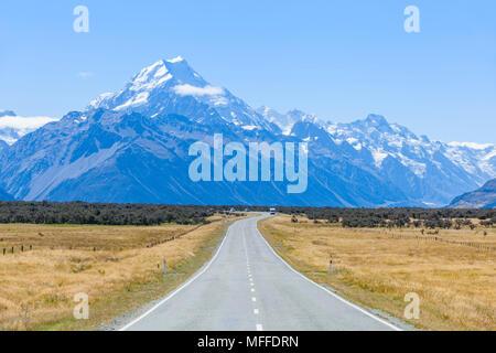 Nuova Zelanda Isola del Sud della Nuova Zelanda una dritta strada vuota con assenza di traffico nel parco nazionale di Mount Cook Nuova Zelanda Foto Stock