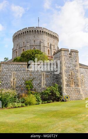 Torre rotonda del Castello di Windsor, Berkshire, Inghilterra. Residenza ufficiale di Sua Maestà la Regina Foto Stock