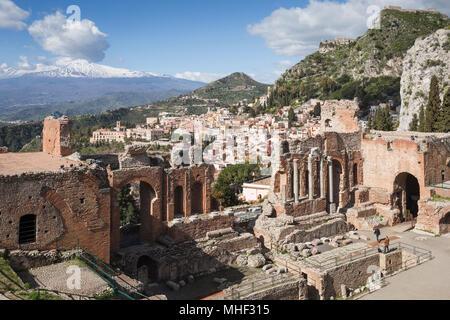 Teatro Greco di Taormina con la città e il Monte Etna, Sicilia. Foto Stock