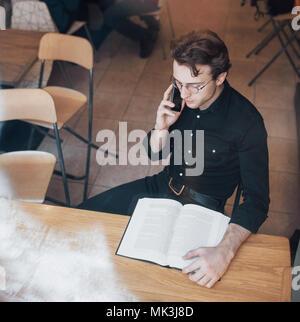 Il giovane imprenditore lavora in una caffetteria Foto Stock
