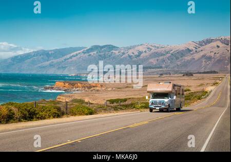Panorama di veicolo per attività ricreative guida sulla celebre Strada 1 lungo la bellissima costa centrale della California, Big Sur, STATI UNITI D'AMERICA Foto Stock