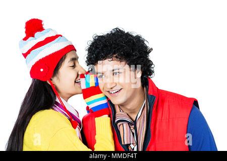 Whispering ragazza ragazzo segreto orecchio.Felice adolescente matura spettegolare.Winter-Season Foto Stock