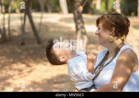 Felice la madre e il figlio nel parco Foto Stock