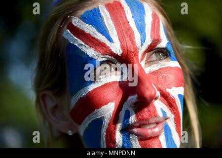 Donna indossa Unione Jack faccia vernice durante il Royal Wedding in Windsor, Regno Unito. Credito: Finnbarr Webster/Alamy Live News Foto Stock