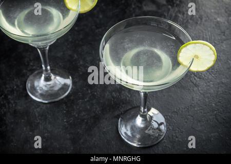 Succhiello Cocktail. Bevande alcoliche e calce e Gin Succhiello su sfondo nero, copia dello spazio. Foto Stock