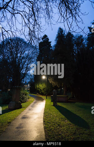 A Kelso sagrato, Scozia. Di notte. Un percorso tra le tombe. Foto Stock