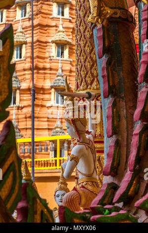Wat Tham Seu o Grande Tempio del Buddha. Kanchanaburi. Della Thailandia Foto Stock