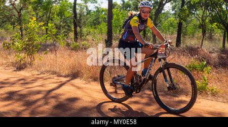 Ciclista femminile in sella ad una mountain bike nel Gibb Challenge 2018 sulla Gibb River Road WA Kimberley Australia Foto Stock