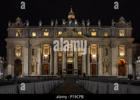Roma, Italia - 24 Marzo 2018: il Vaticano della Basilica di San Pietro è illuminato di notte. Foto Stock