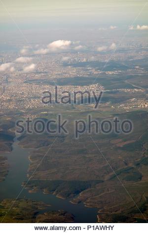 Asia, la Turchia, Area di Istanbul, 2018: Veduta aerea della zona di Istanbul poco dopo il decollo (dall'aeroporto di Istanbul) mostra centinaia (migliaia) di Apartme Foto Stock