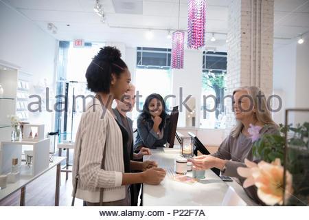 Proprietario Boutique aiutare le giovani donne amici Foto Stock
