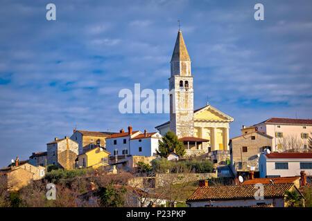 Città di Visnjan sulla verde collina istriana vista l'Istria, regione della Croazia Foto Stock