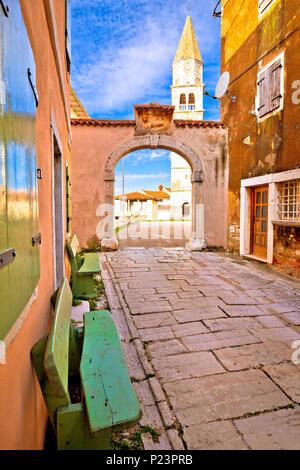 Città di Visnjan stone street piazza e chiesa vista verticale, Istria, Croazia Foto Stock
