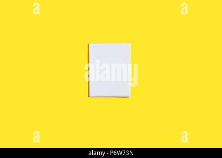 Blocco di adesivi di carta su una superficie di colore giallo Foto Stock