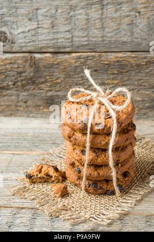 Biscotti fatti in casa con filettatura di cioccolato legato su di un tavolo di legno. Foto Stock