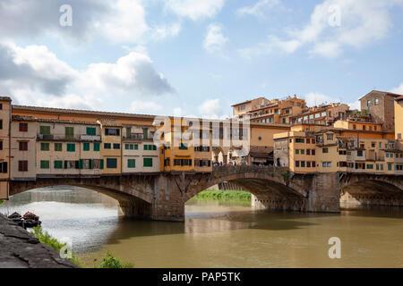 Una mattina il Ponte Vecchio a Firenze (Toscana - Italia). Esso è il più antico ponte (1345) della città. Foto Stock