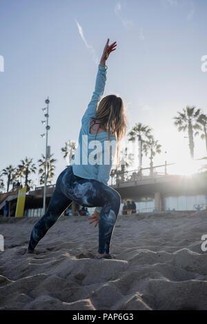 Donna durante gli allenamenti sulla spiaggia Foto Stock