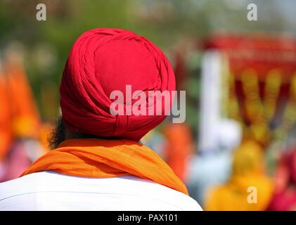 Il vecchio uomo sikh con il turbante rosso sulla sua testa durante una cerimonia religiosa. Il turbante è molto importante simbolo religiuous per questa cultura indiana Foto Stock