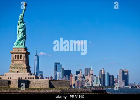 La Statua della Libertà con la città di New York in background. Foto Stock