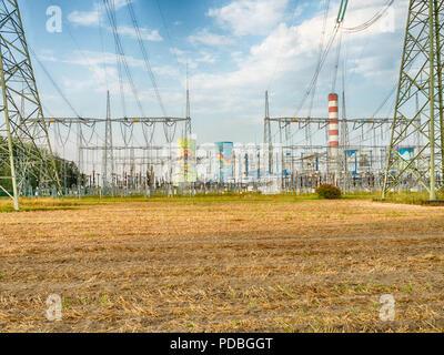 Le linee elettriche in alta tensione Foto Stock
