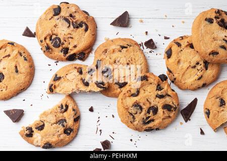 American biscotti con scaglie di cioccolato bianco su sfondo di legno. Vista dall'alto. Foto Stock
