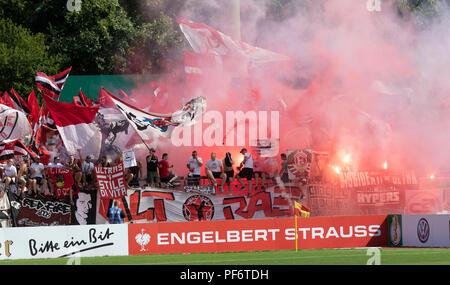 Koblenz, Germania, 19 agosto 2018, DFB Pokal primo round, TUS Rot-Weiss Koblenz vs Fortuna Duesseldorf: Ultras di Duesseldorf luce bengalos. Credito: Juergen schwarz/Alamy Live News Foto Stock