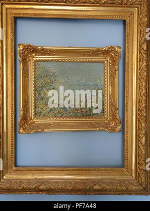 Appendere le opere in uno due oro cornici con nessuna foto nei quadri appesi sulle pareti con sfondo semplice. Centro telaio ovale ha uno specchio. Foto Stock