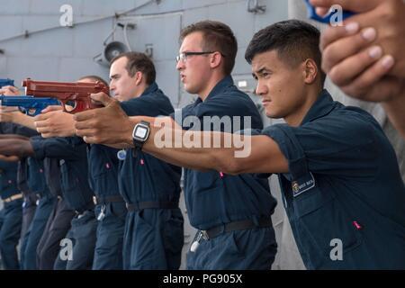 180823-N-EGLI318-1062 Mar Cinese orientale (23 agosto 2018) Fire Controlman 3rd Class Marcus Maktal, da San Jose, California, mira una pistola di formazione durante una nave della forza di reazione di formazione di sicurezza esercita sul Ticonderoga-class guidato-missili cruiser USS Antietam (CG 54). Antietam è distribuito negli Stati Uniti 7 flotta area di operazioni a sostegno della sicurezza e della stabilità nella regione Indo-Pacifico. (U.S. Foto di Marina di Massa lo specialista di comunicazione 2a classe William McCann/rilasciato) Foto Stock
