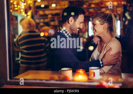 Coppia romantica dating in pub di notte Foto Stock