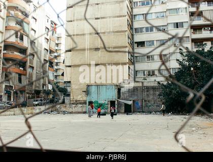 Un gruppo di ragazzi siriano rifugiato a giocare a calcio a Beirut Libano 2018 Foto Stock