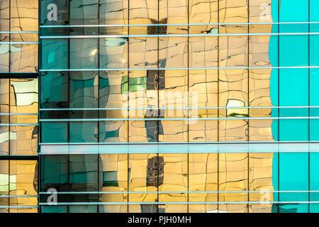 Semplice, astratta, color pastello vetroso moderno edificio per uffici la facciata esterna Foto Stock