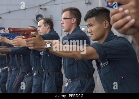 Mar Cinese orientale (23 agosto 2018) Fire Controlman 3rd Class Marcus Maktal, da San Jose, California, mira una pistola di formazione durante una nave della forza di reazione di formazione di sicurezza esercita sul Ticonderoga-class guidato-missili cruiser USS Antietam (CG 54). Antietam è distribuito negli Stati Uniti 7 flotta area di operazioni a sostegno della sicurezza e della stabilità nella regione Indo-Pacifico. Foto Stock