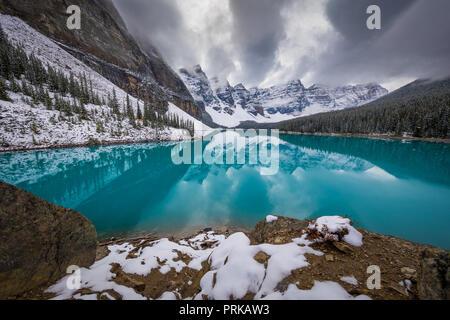 Il Moraine Lake è un glacially lago alimentato nel Parco Nazionale di Banff, 14 chilometri (8,7 mi) al di fuori del Villaggio di Lake Louise, Alberta, Canada. Foto Stock