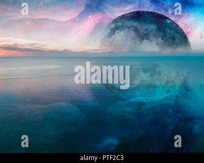 Fantasy unreal seascape - piccola pesca in barca a vela attraverso mare calmo con grande pianeta alieno e Galaxy nel cielo che riflette nell'acqua. Elementi del Foto Stock