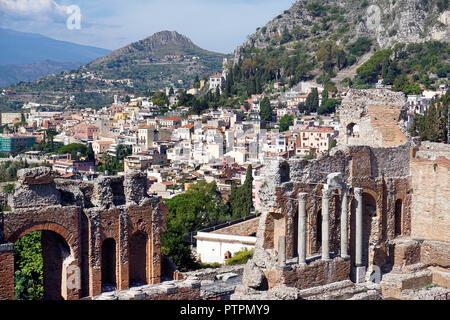 L'antico teatro greco-romano di Taormina, Sicilia, Italia Foto Stock