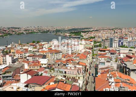 La vista dalla Torre di Galata attraverso Beyoglu e la città in una giornata di sole, Istanbul, Turchia Foto Stock