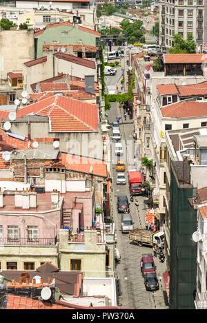 La vista dalla Torre di Galata di edifici e tetti in una giornata di sole, Istanbul, Turchia Foto Stock