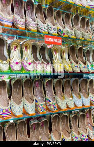 India Punjab, Amritsar e tradizionale indiana pantofole per la vendita Foto Stock