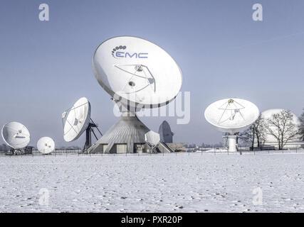 Raisting di stazioni terrestri per collegamenti via satellite in inverno Foto Stock