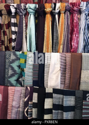 Sciarpe di seta sul display in corrispondenza di Ock Pop Tok la tessitura della seta center a Luang Prabang, Laos Foto Stock