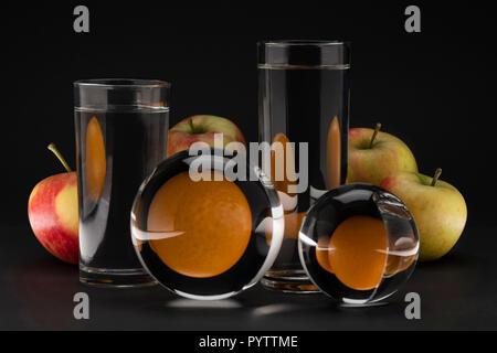 Creative ancora surreale vita di mele e arance Foto Stock