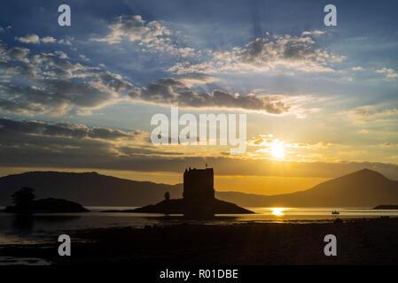 Castle Stalker, medievale a quattro piani torre casa / mantenere al tramonto in Loch latch, ingresso off Loch Linnhe vicino a Port Appin, Argyll, Scotland, Regno Unito Foto Stock