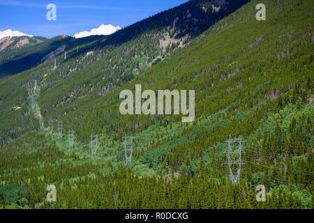 Elevata tensione di linee elettriche ad alta tensione nelle montagne Foto Stock
